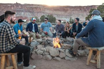 amis et sociabilité autour d'un feu de camp- coach seduction